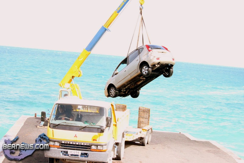 Video Car Pulled Out Of Water With Crane Bernews