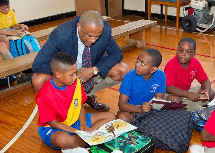 Minister Scott with students at Purvis Bermuda September 2015 (2)