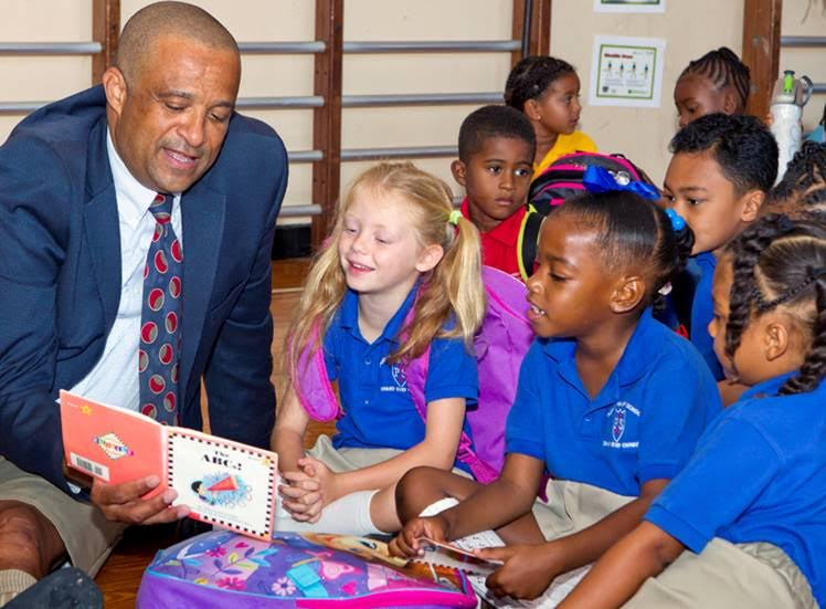 Minister Scott with students at Purvis Bermuda September 2015 (3)