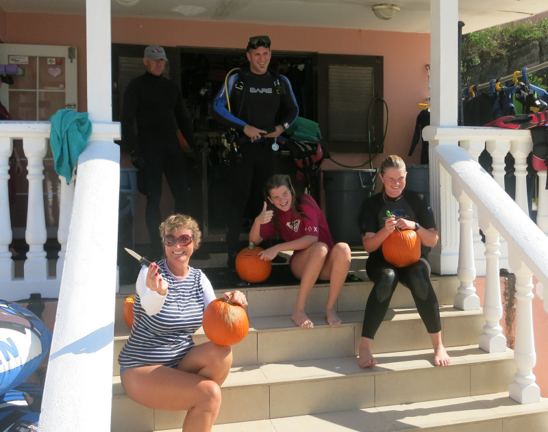 2015 Bermuda Underwater Pumpkin carving Halloween (4)