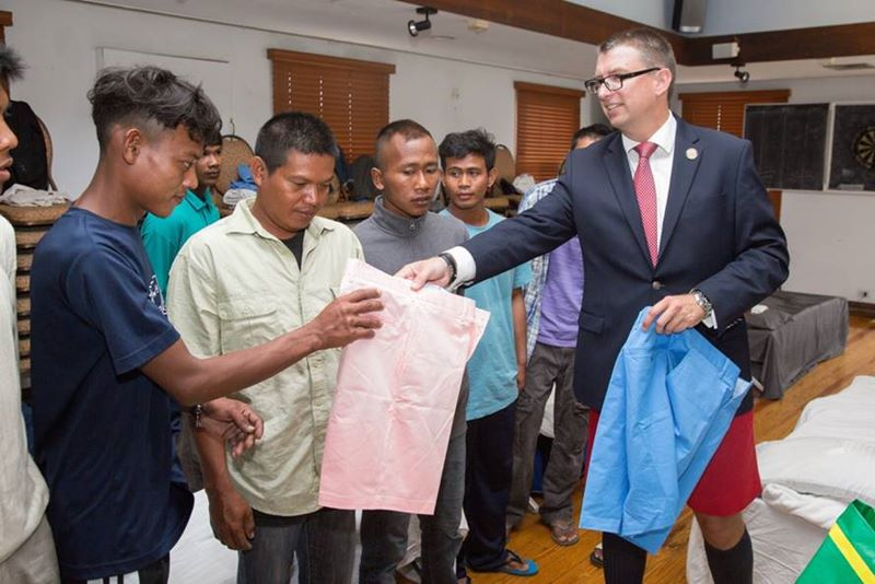 Minister meet with rescued sailors (3)