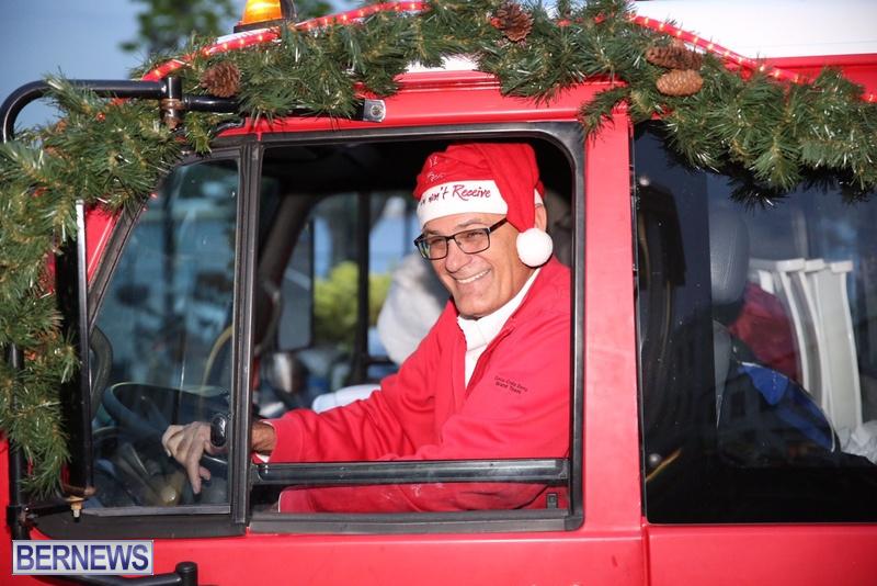 11-2016-Bermuda-Marketplace-Santa-Claus-Parade-15