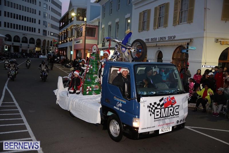 28-2016-Bermuda-Marketplace-Santa-Claus-Parade-32
