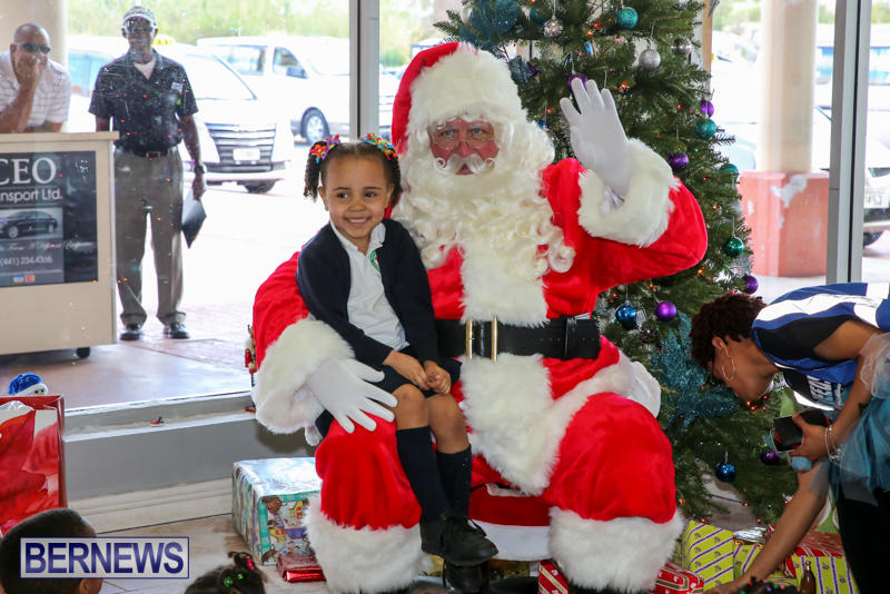 Santa-Arrives-In-Bermuda-November-25-2016-14