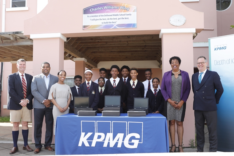 9158_Education_workforce_Minister_KPMG_Laptop_Donation_Dellwood_JS_0012