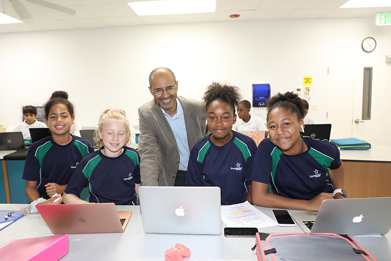 Thomas Ilube With Somersfield Students Bermuda Sept 2019 (1)