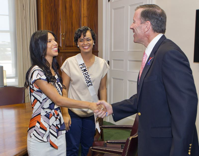 Premier welcomes Miss Bermuda and contestants (2)