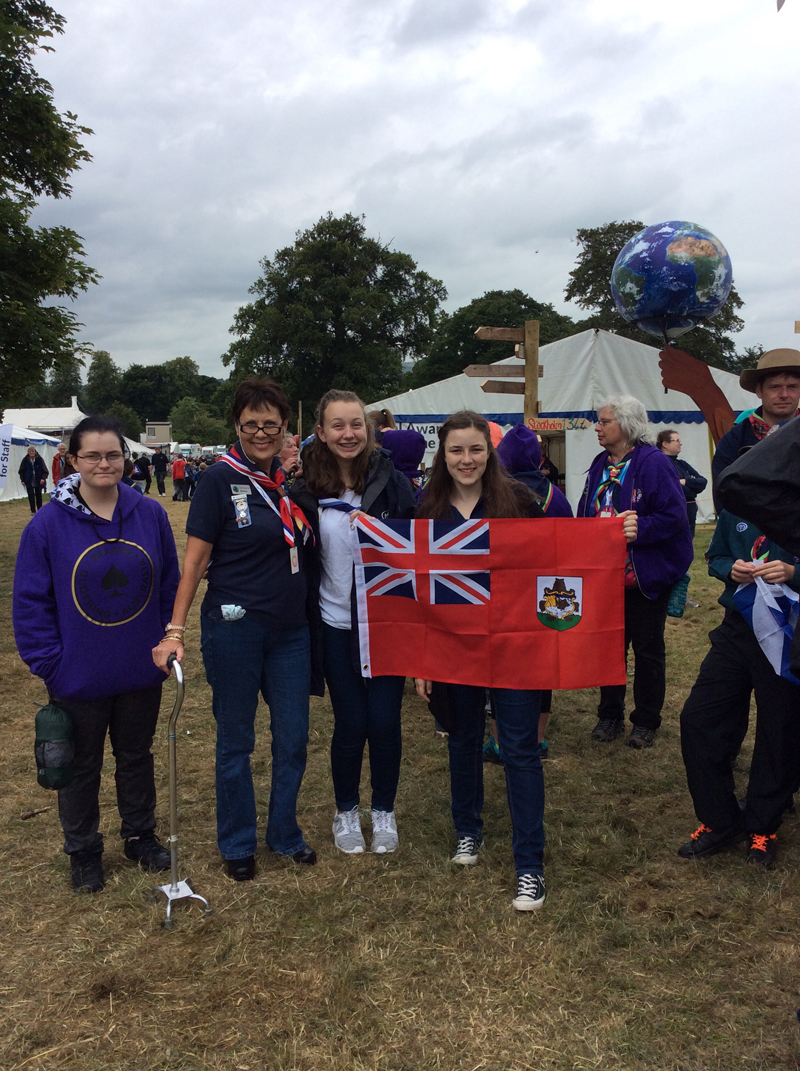 displaying the Bermudian flag held by 3 Australian Guides