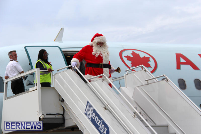 Santa Arrives At Airport Bermuda, December 24 2017_2-2