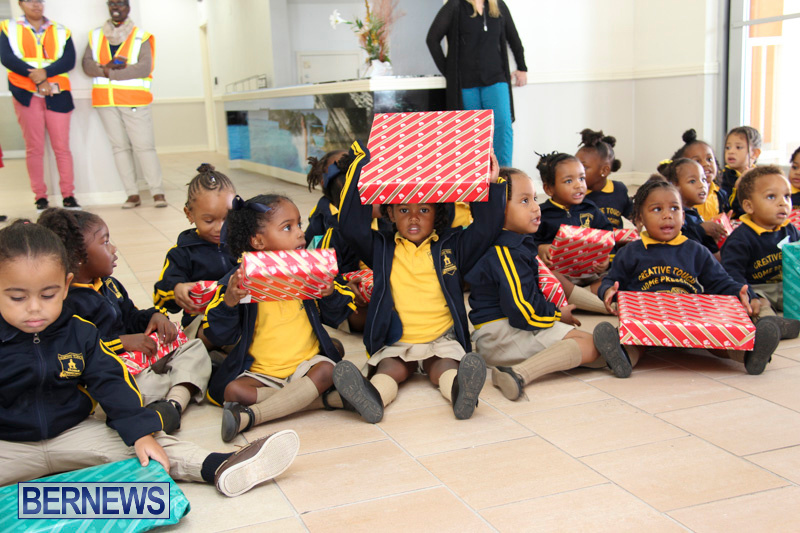Children-Greet-Santa-At-Airport-Bermuda-November-23-2018-8447