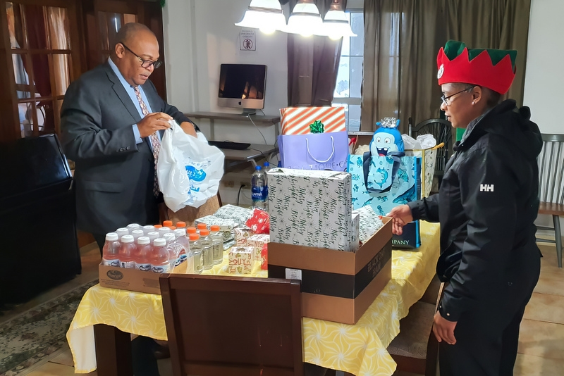 Bermuda Police Service Deliver Gifts Teen Services, December 24 2019 (4)
